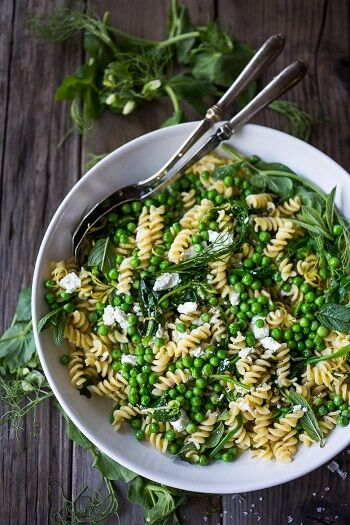 Forrás: https://www.feastingathome.com/spring-pea-pasta-with-truffle-oil-lemon-and-mint/
